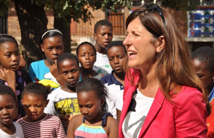 Nelly Kostadinova mit Kindern in Südafrika