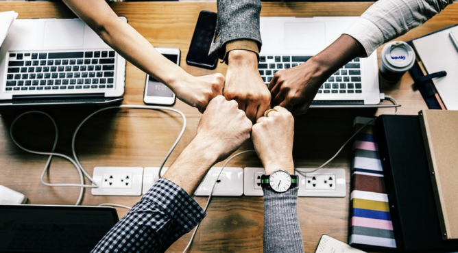 Titelbild zu »Teamwork – Wie wichtig ist ein Sicherheitsnetz, das dich vor dem Stürzen schützt?«