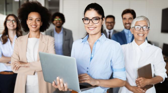 Titelbild zu »Meine 52 besten Tipps für dein starkes Unternehmen 2021 – Tipp 25: So führst du dein Multikulti-Team richtig!«